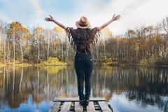 Flicka på en trägammal bro på en sjö arkivbilder