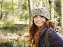 Flicka på en vandring royaltyfri bild