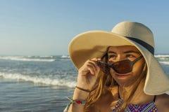 Flicka på för strandsommar för strand den bärande hatten och solglasögon Royaltyfri Fotografi