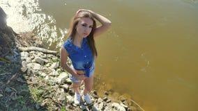 Flicka på flodstranden Kvinnalivsstilställning av naturen vattnet stock video