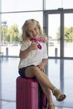 Flicka på flygplatsen Fotografering för Bildbyråer