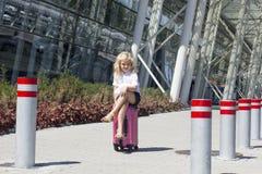 Flicka på flygplatsen Royaltyfri Foto