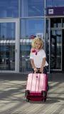 Flicka på flygplatsen Arkivfoto