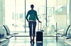 Flicka på flygplatsen Royaltyfri Bild