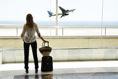 Flicka på flygplatsfönstret Arkivfoton