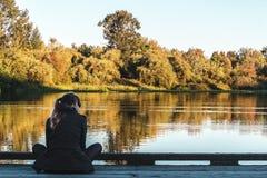 Flicka på forell sjön i Vancouver, Kanada royaltyfri fotografi
