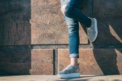 Flicka på gatan i trendiga gymnastikskor Fotografering för Bildbyråer