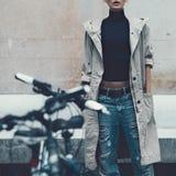 Flicka på gatan stads- stil arkivfoton