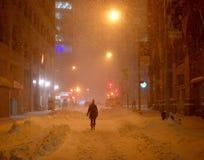 Flicka på gatorna av New York under snöhäftig snöstorm Royaltyfri Foto