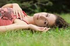 Flicka på gräs Royaltyfri Fotografi