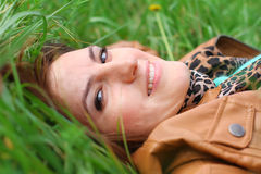 Flicka på gräset Arkivfoton