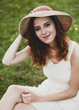 Flicka på grönt gräs på den utomhus- byn royaltyfria foton