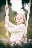 Flicka på gunga Royaltyfri Fotografi