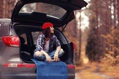 Flicka på höstturen med bilen fotografering för bildbyråer