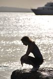 Flicka på havet arkivbild