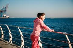 Flicka på havet på trottoaren Fotografering för Bildbyråer