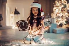 Flicka på helgdagsafton för ` s för nytt år Arkivfoton