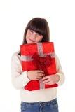 Flicka på jul med gåvaaskar Arkivbild