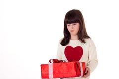 Flicka på jul med gåvaaskar Arkivfoto
