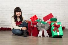 Flicka på jul med gåvaaskar Fotografering för Bildbyråer