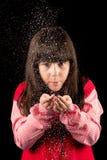 Flicka på jul med snö Arkivfoto