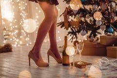 Flicka på julgranen arkivfoto