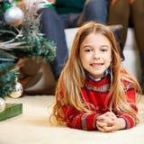Flicka på julhelgdagsafton hemma på Royaltyfri Fotografi