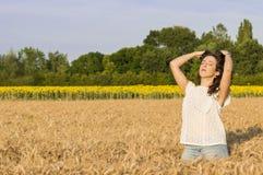 Flicka på kornfältet Royaltyfri Fotografi