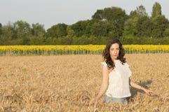 Flicka på kornfältet Arkivfoto