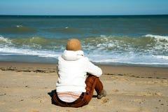 Flicka på kusten Arkivfoton