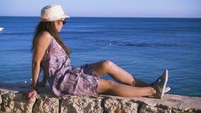 Flicka på kusten som ser till det azura havet stock video