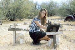Flicka på kyrkogården Arkivfoto