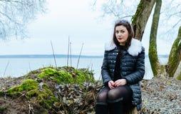 Flicka på laken fotografering för bildbyråer