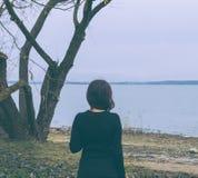 Flicka på laken arkivfoton