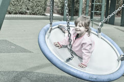 Flicka på lekplatsen Arkivbilder