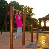 Flicka på lekplatsen Arkivfoto