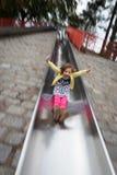 Flicka på lekplatsglidbana Royaltyfri Foto