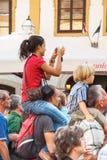 Flicka på mans skuldror under den Spancirfest festivalen Fotografering för Bildbyråer