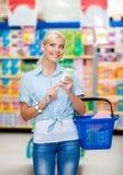 Flicka på marknaden med skönhetsmedel i händer Fotografering för Bildbyråer