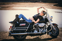 Flicka på mopeden Arkivbild