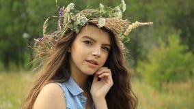 Flicka på naturen stock video