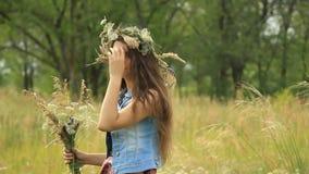 Flicka på naturen arkivfilmer