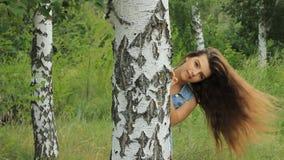 Flicka på naturen lager videofilmer