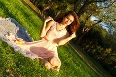 Flicka på parkera fotografering för bildbyråer