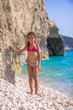 Flicka på Pebblet Beach Royaltyfria Bilder