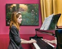 Flicka på pianot Fotografering för Bildbyråer