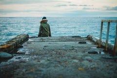Flicka på pir på havet Arkivfoton