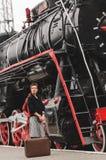 Flicka på plattformen av järnvägsstationen Arkivfoton