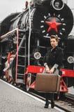 Flicka på plattformen av järnvägsstationen Royaltyfria Bilder