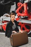 Flicka på plattformen av järnvägsstationen Fotografering för Bildbyråer